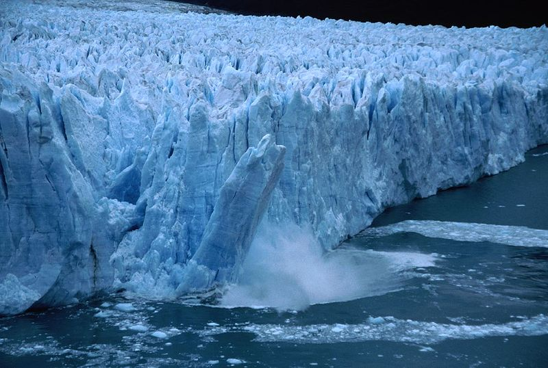 The edge of the  glacier retreated quickly. Image: Christof Berger, Wikimedia.